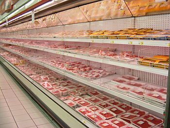 English: Meat packages in a Roman supermarket.